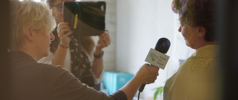 Gemeente ambtenaren op pad met de iPad en microfoon, voor interviews, montage en camera